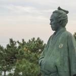 知ってる?坂本龍馬の銅像が右手を懐に入れている理由。